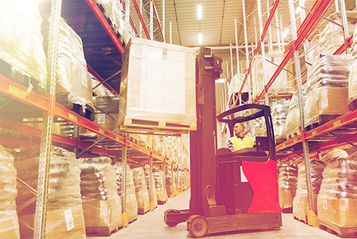 Entrepôt logistique de stockage et manutention des caisses
